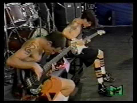Watch Red Hot Chili Peppers' Flea and John Frusciante trade solos